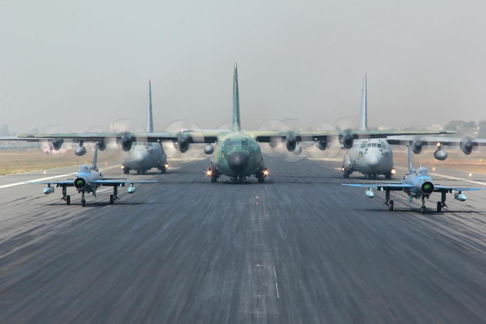 美国空军的C-130H飞机大力神准备采取的