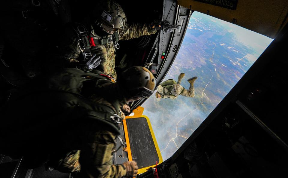 Ala de Operaciones Especiales saltar de un MC-130H Talon II