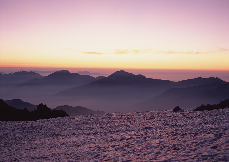 puesta de sol sobre las montañas
