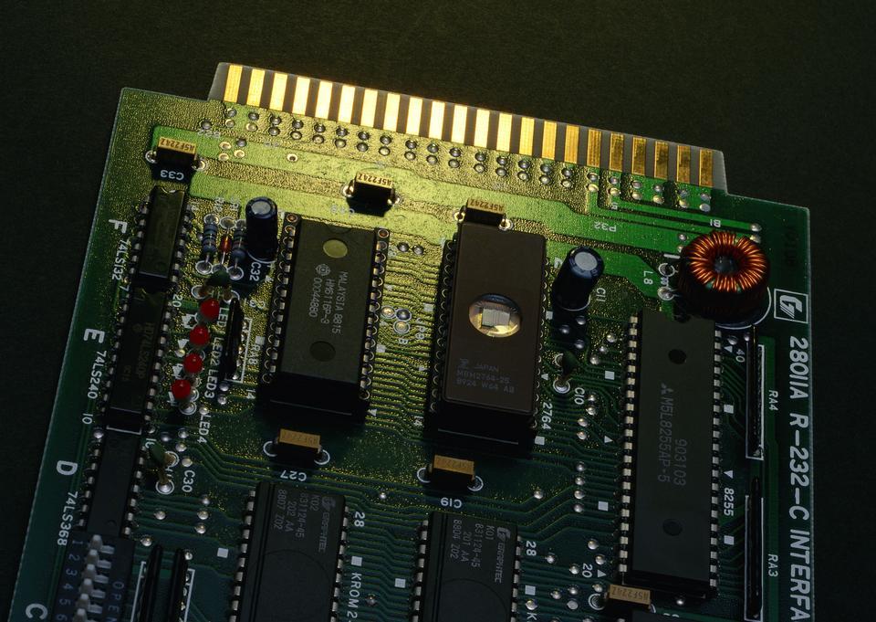 Detalle de una placa de circuito impreso electrónico