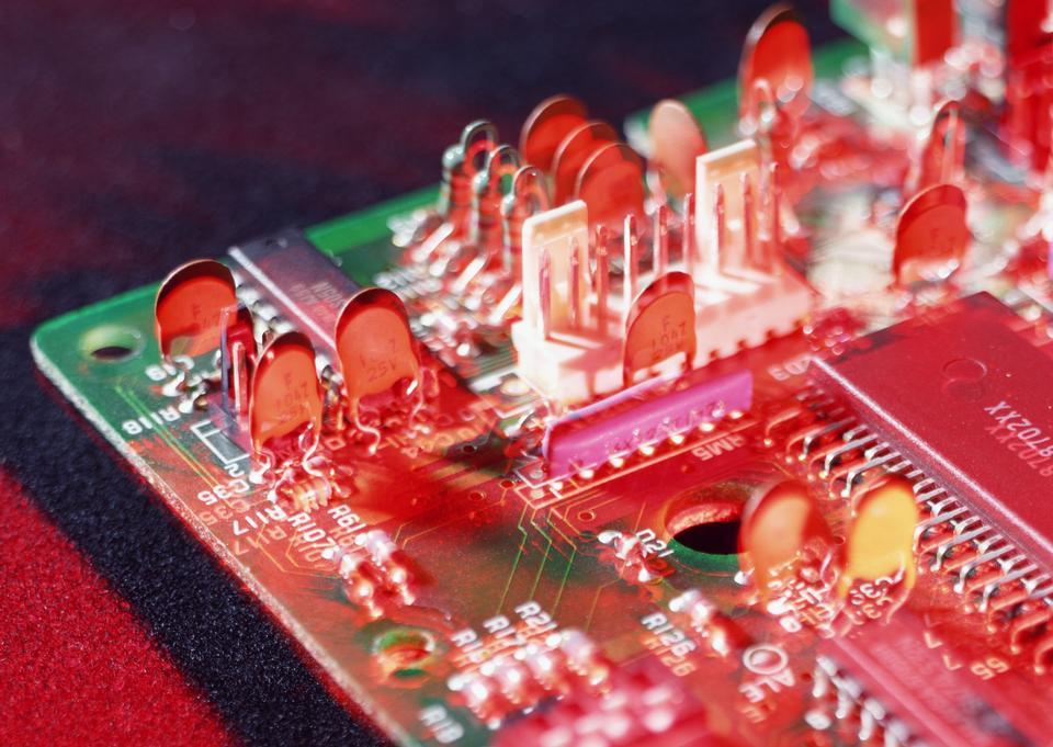 Detalle de una placa de circuito impreso electrónico con muchos electrica