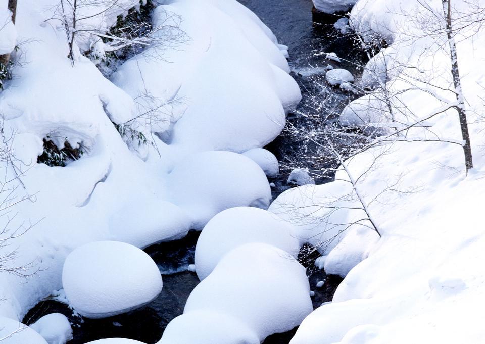 冰冻山区河流,冰雪