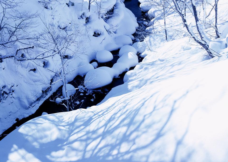 雪と氷で凍結山の川、