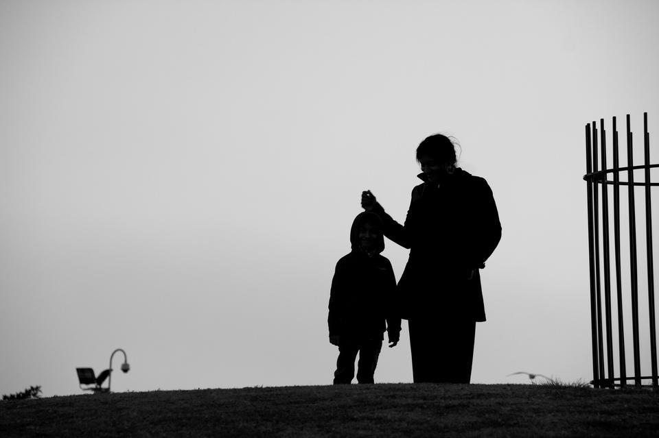 Silhouette d'une jeune mère et de l'enfant