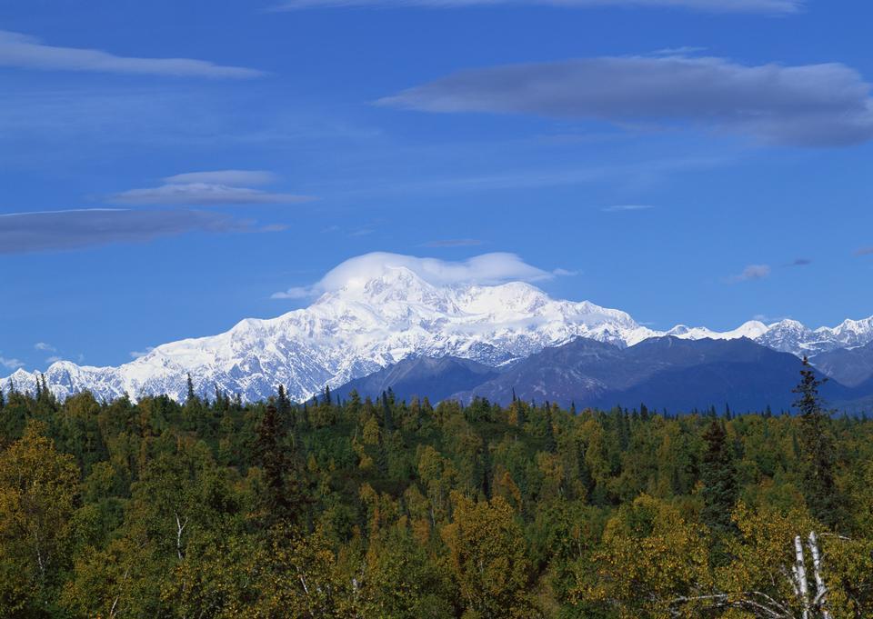 山地景观与雪和湛蓝的天空
