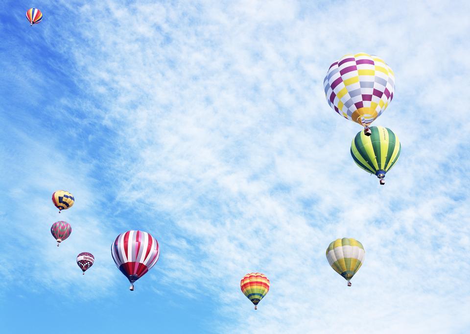 coloridos globos de aire caliente contra el cielo azul