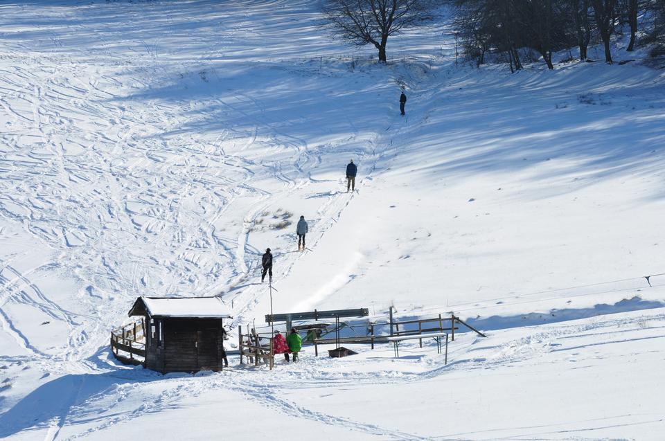 滑雪缆车的雪域冬季景观