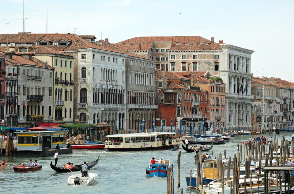 里亚托桥,威尼斯的里亚托汽艇站