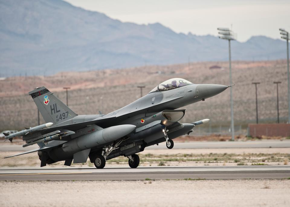 一架F-16战隼土地