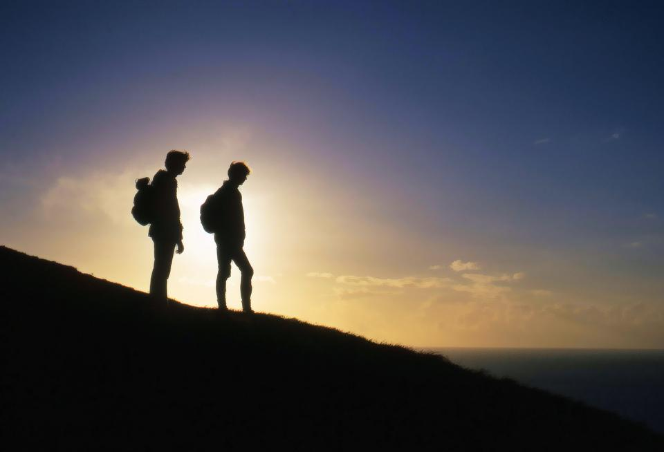 山にハイキングの人々のシルエット