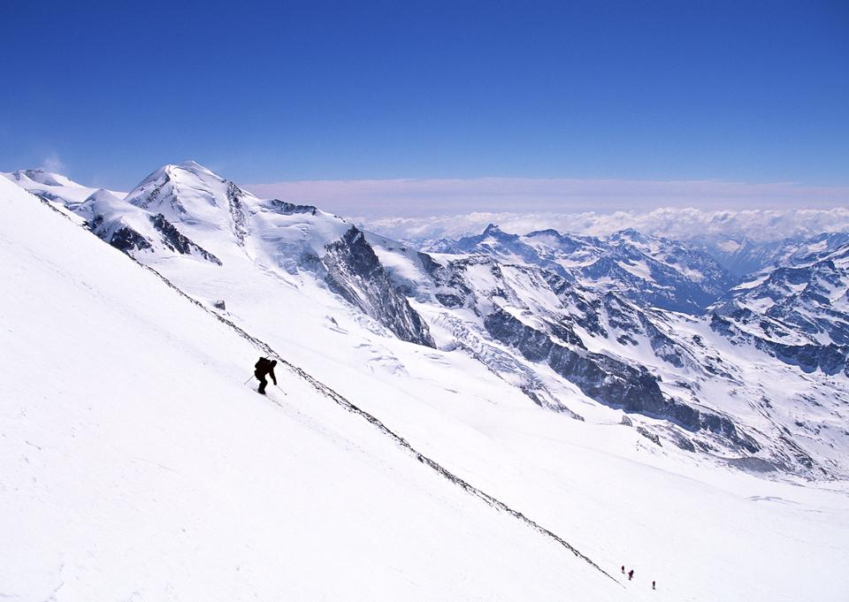 Alpine skieuse de descente, ciel bleu sur fond