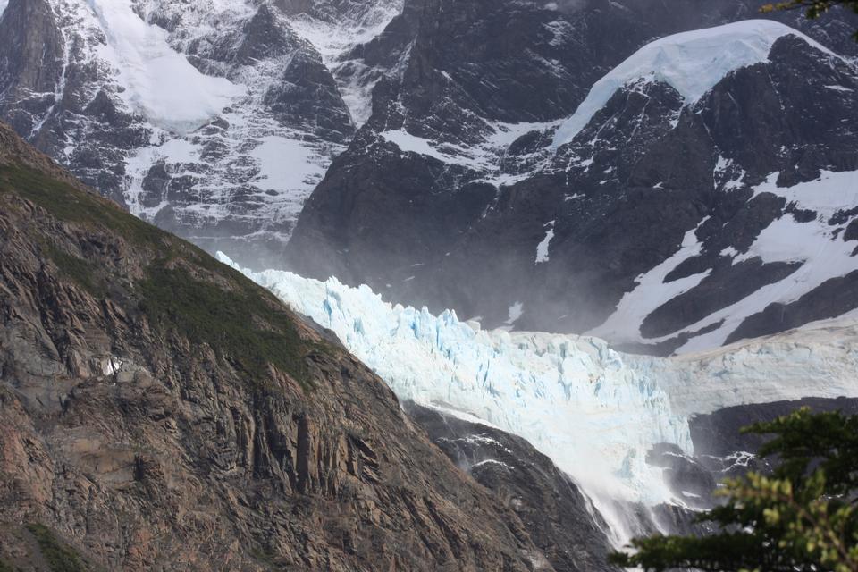 白雪皚皚的雲霧在山托雷在冰川國家公園