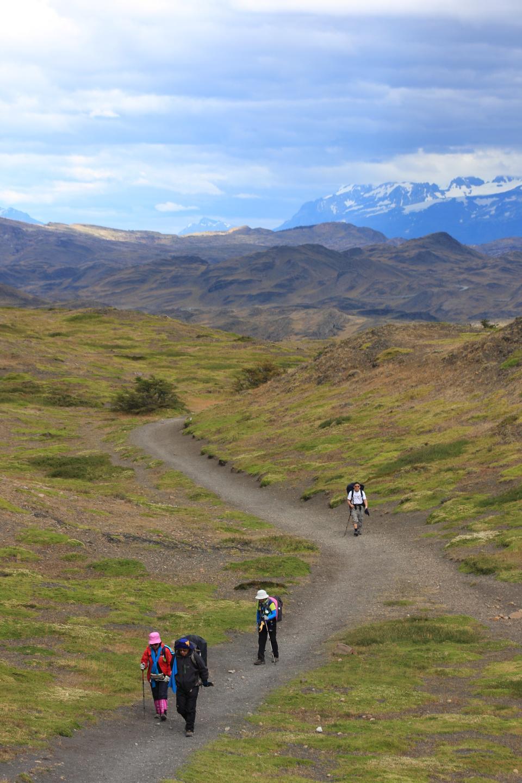 La gente di trekking per vedere Corna del Paine a Torres Del Paine