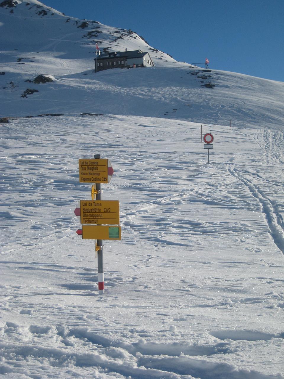 上的Piz Cavradi山坡Camona達Maighels
