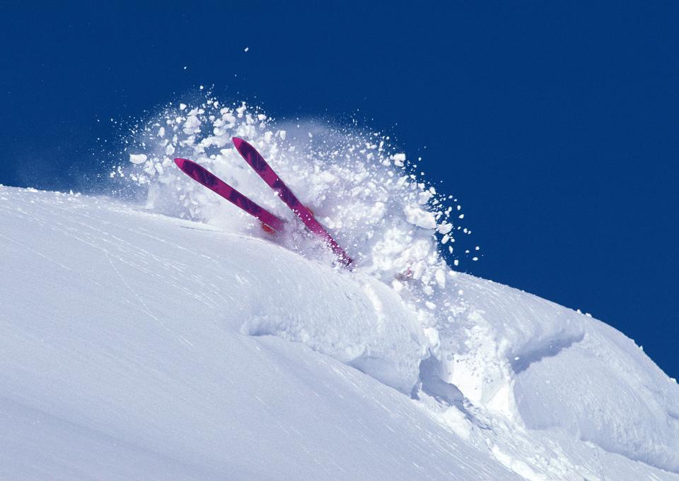 滑雪者通過深粉雪翻滾