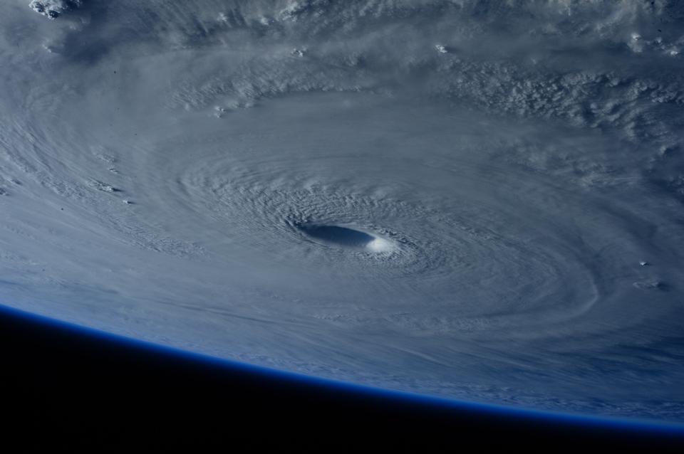 宇宙ステーションは、スーパー台風Maysakを飛ぶ