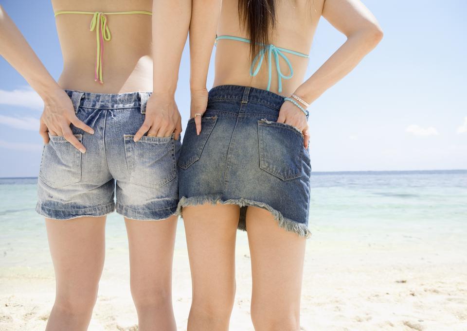 dos novias hermosas jóvenes en el azul del mar y el cielo