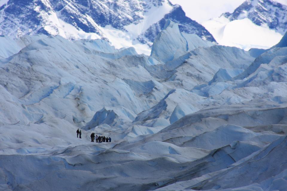 eine Gruppe von Trekking-Tour auf einem riesigen Gletscher Eis in Patagonien