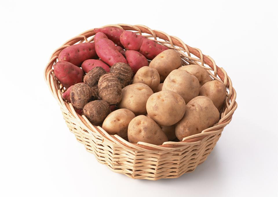 Eine Vielzahl von rohen Kartoffeln Süßkartoffeln und Taro im Korb