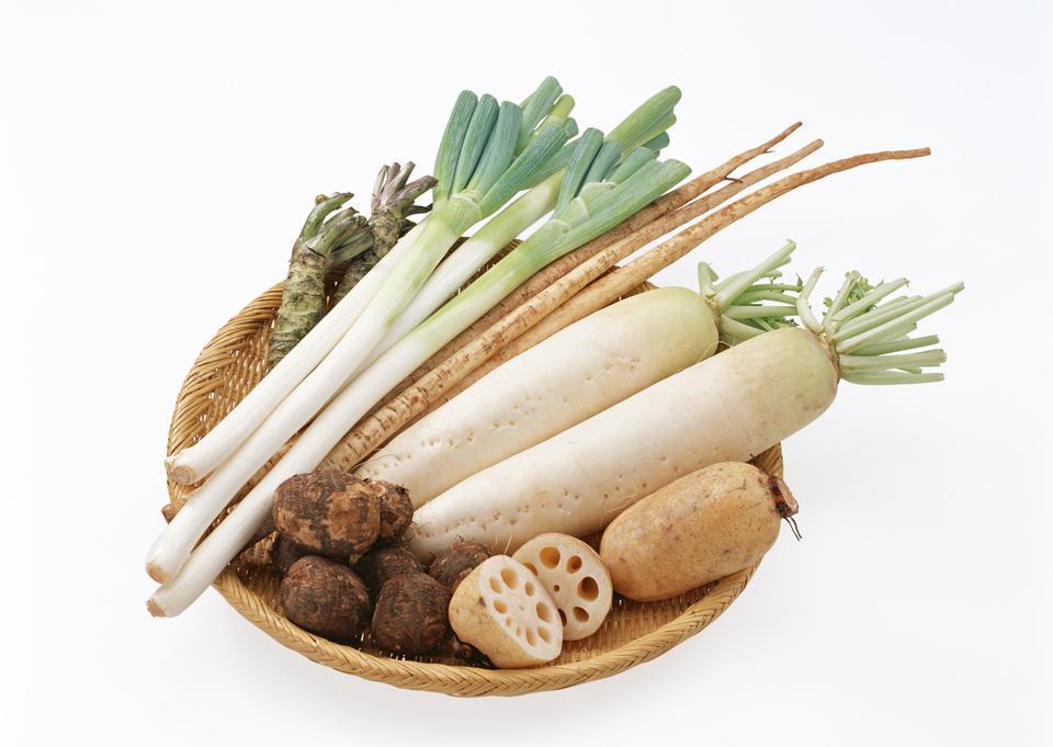 バスケットに敷設新鮮な野菜の様々な