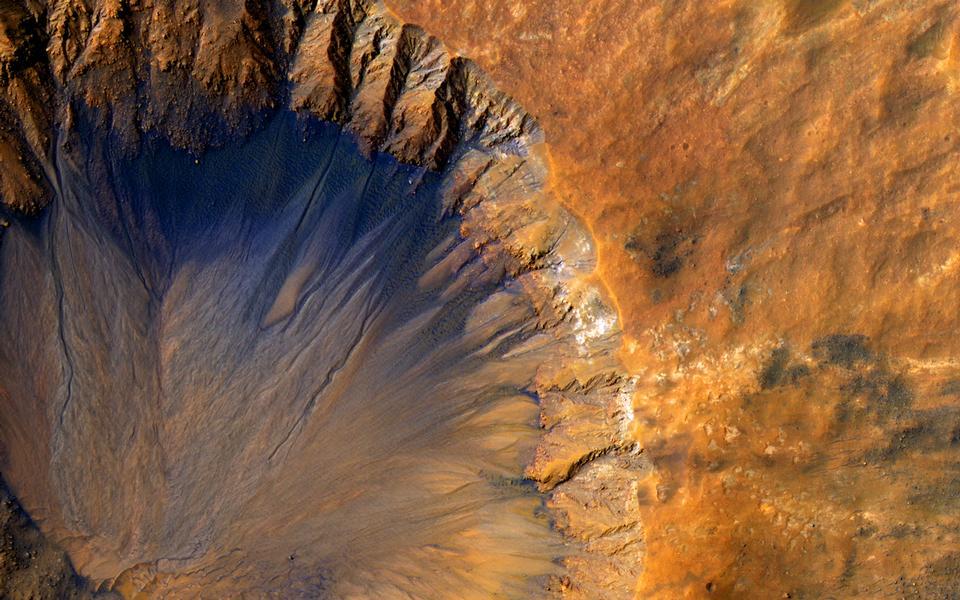 火星のクレーターの近くSirenum窩リージョン