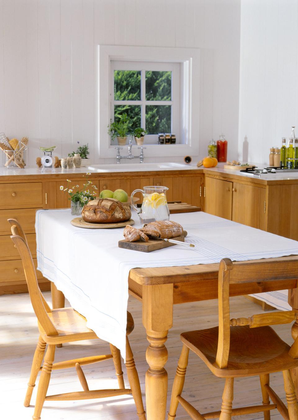 Frühstückstisch mit Wasser und Brot