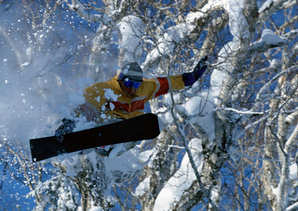晴れた日中の高い山でスノーボーダー