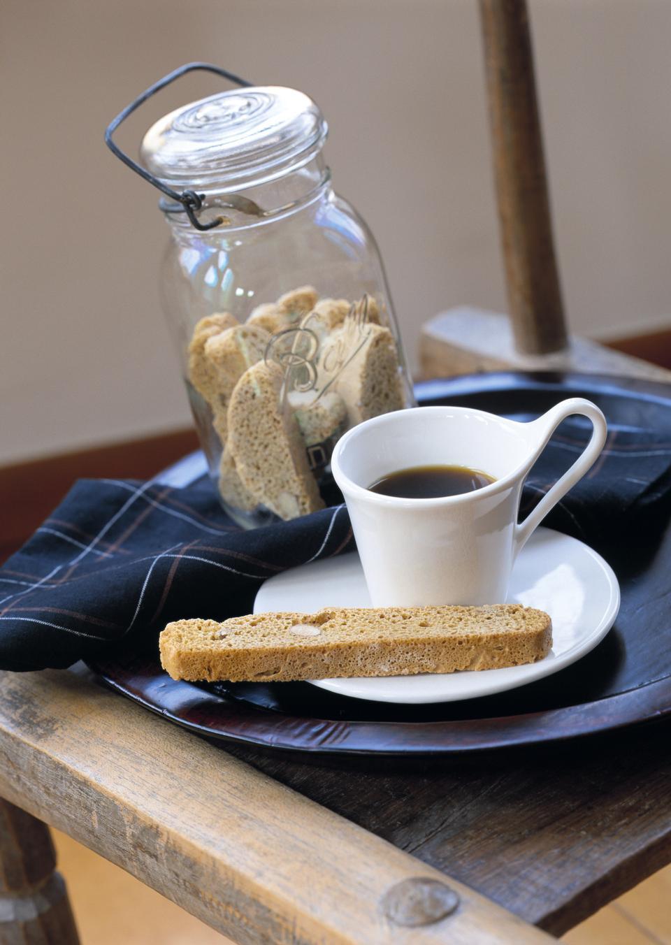 热咖啡面包和饼干瓶