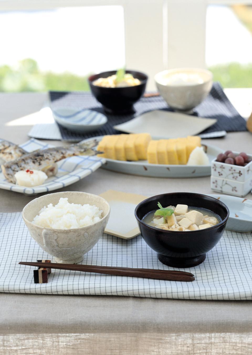 日本の伝統的な朝食のためのスープとご飯