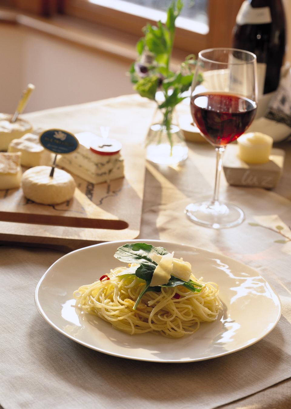 Spaghetti cheese, glass of red wine