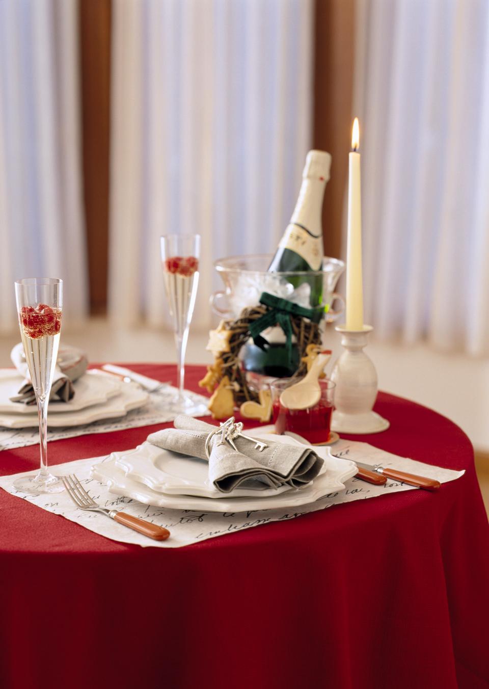 Tischdeko mit Champagne. Celebration.