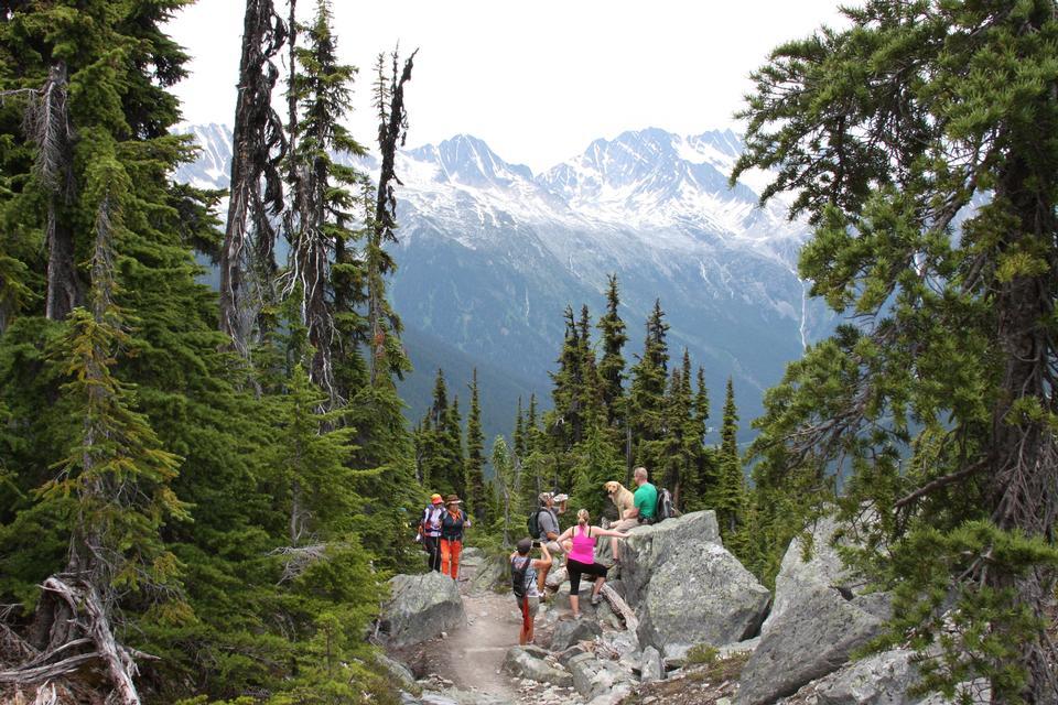 ロッキーのハイキングの観光客のグループとの美しい風景