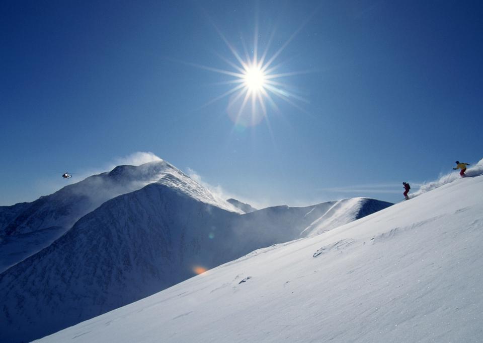 滑雪者滑雪的新鮮粉雪全長
