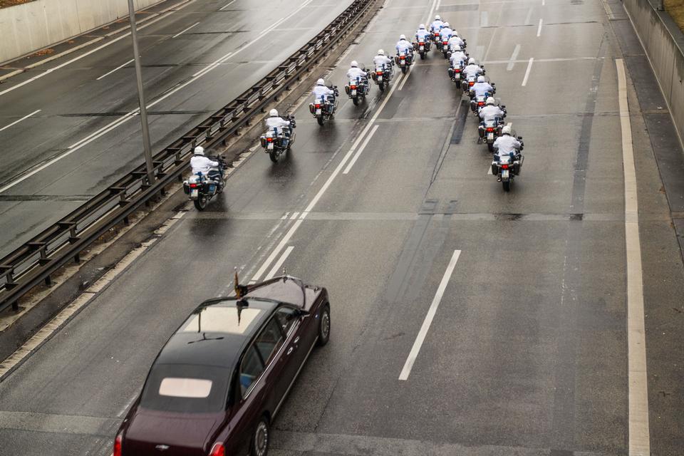 警方在柏林护送女王