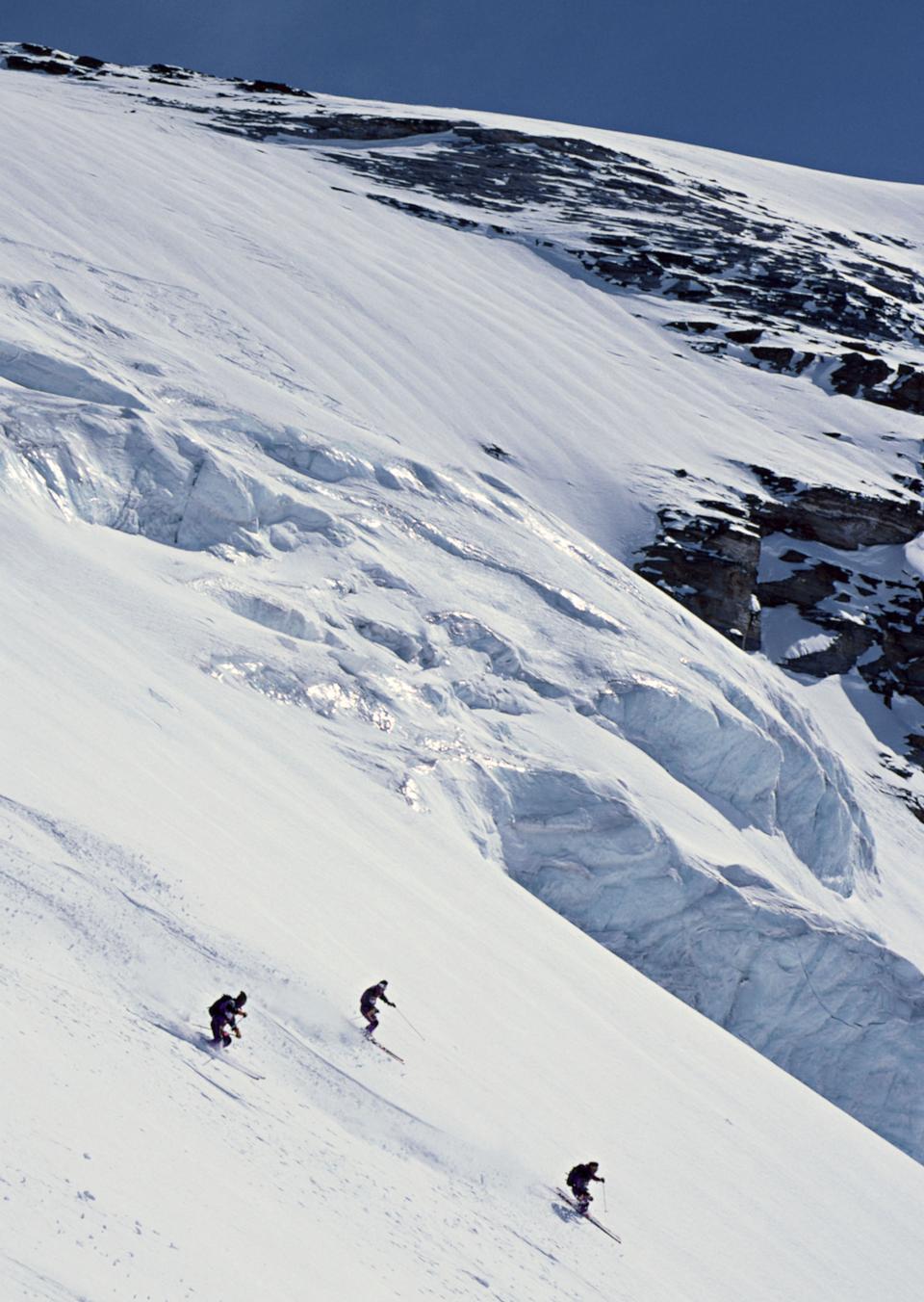 Esquiador extremo en la nieve polvo fresca