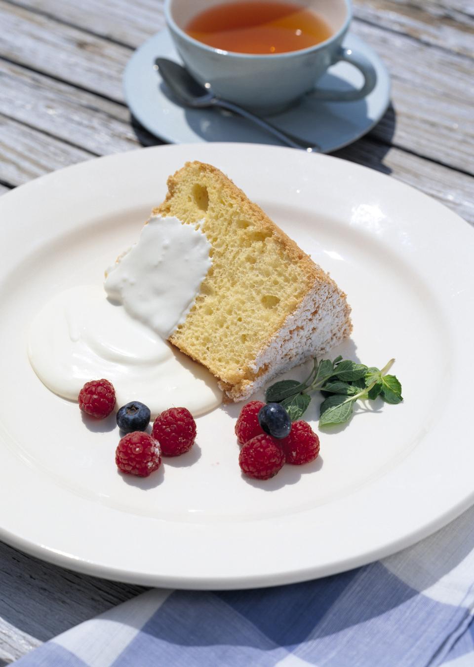 Victoria génoise à la crème, servi avec des framboises et thé
