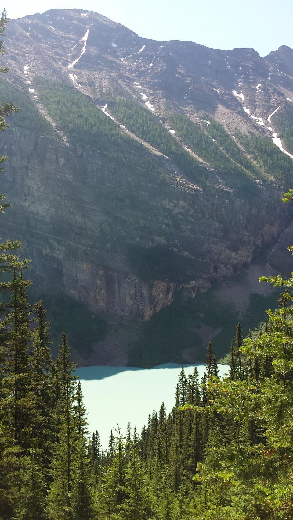 Морейн Озеро ледникового кормили озеро в национальном парке Банф
