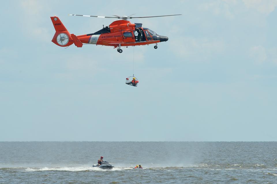 一个海岸警卫队HH-65D海豚的做法