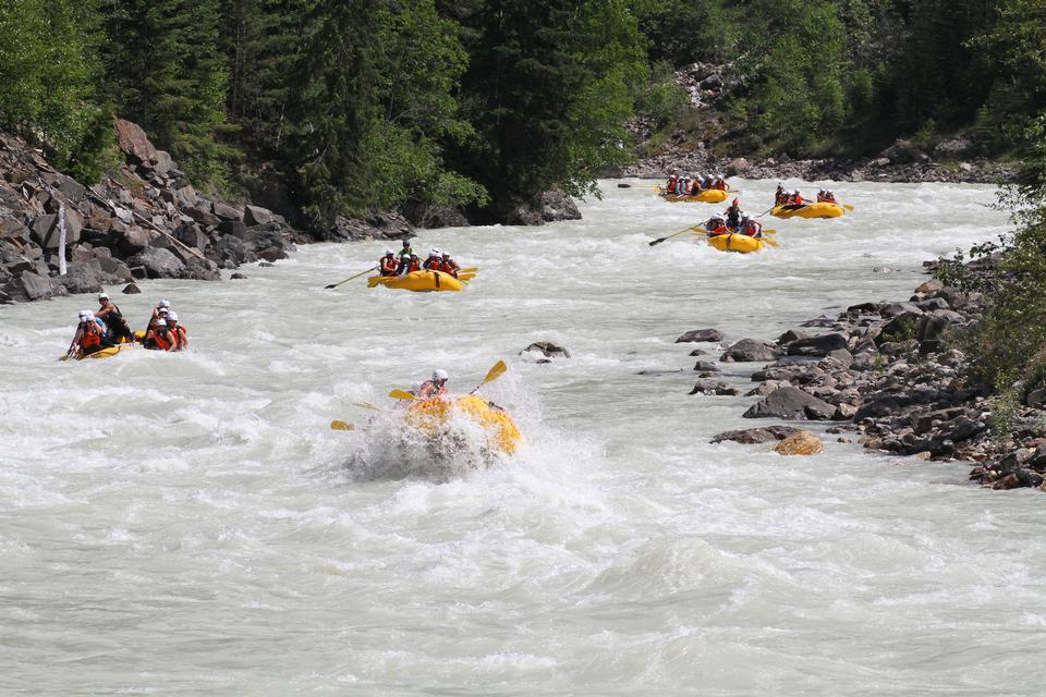 Grupo de aventureros en un bote inflable en el agua blanca