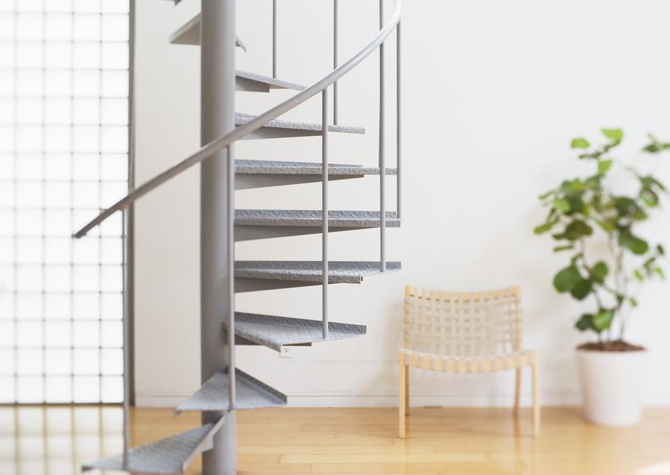 现代的白色楼梯的木地板和玻璃护栏