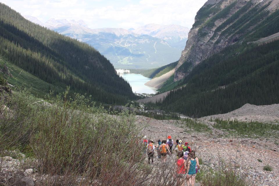 レイクルイーズ、バンフ国立公園、アルバータ州、カナダでのハイキング