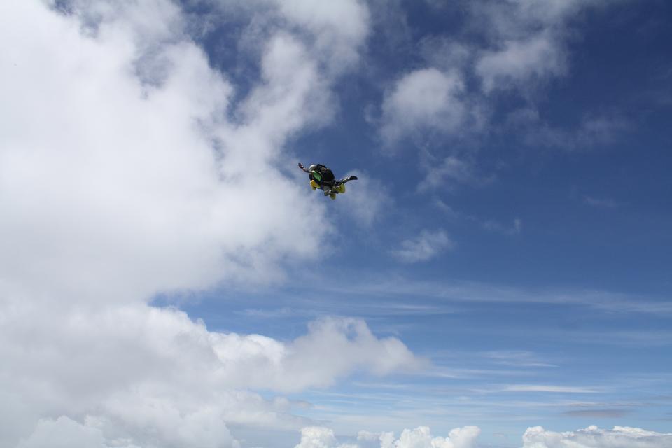 Paracaidista cae a través del aire