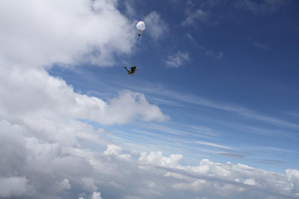 スカイダイバーが空中を落下します