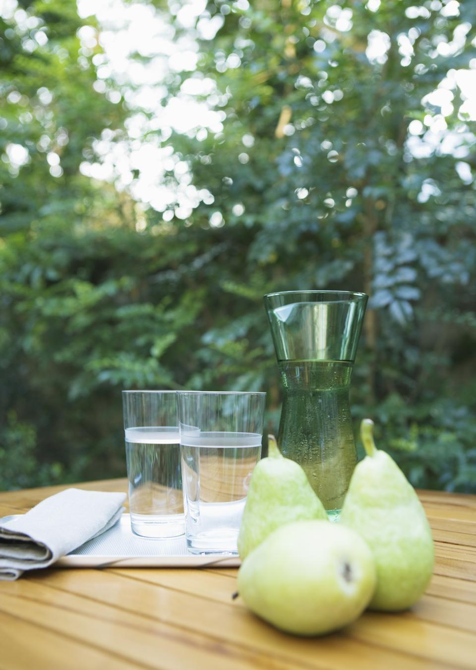 テーブルの上に表示された水や果物の二つのカップ