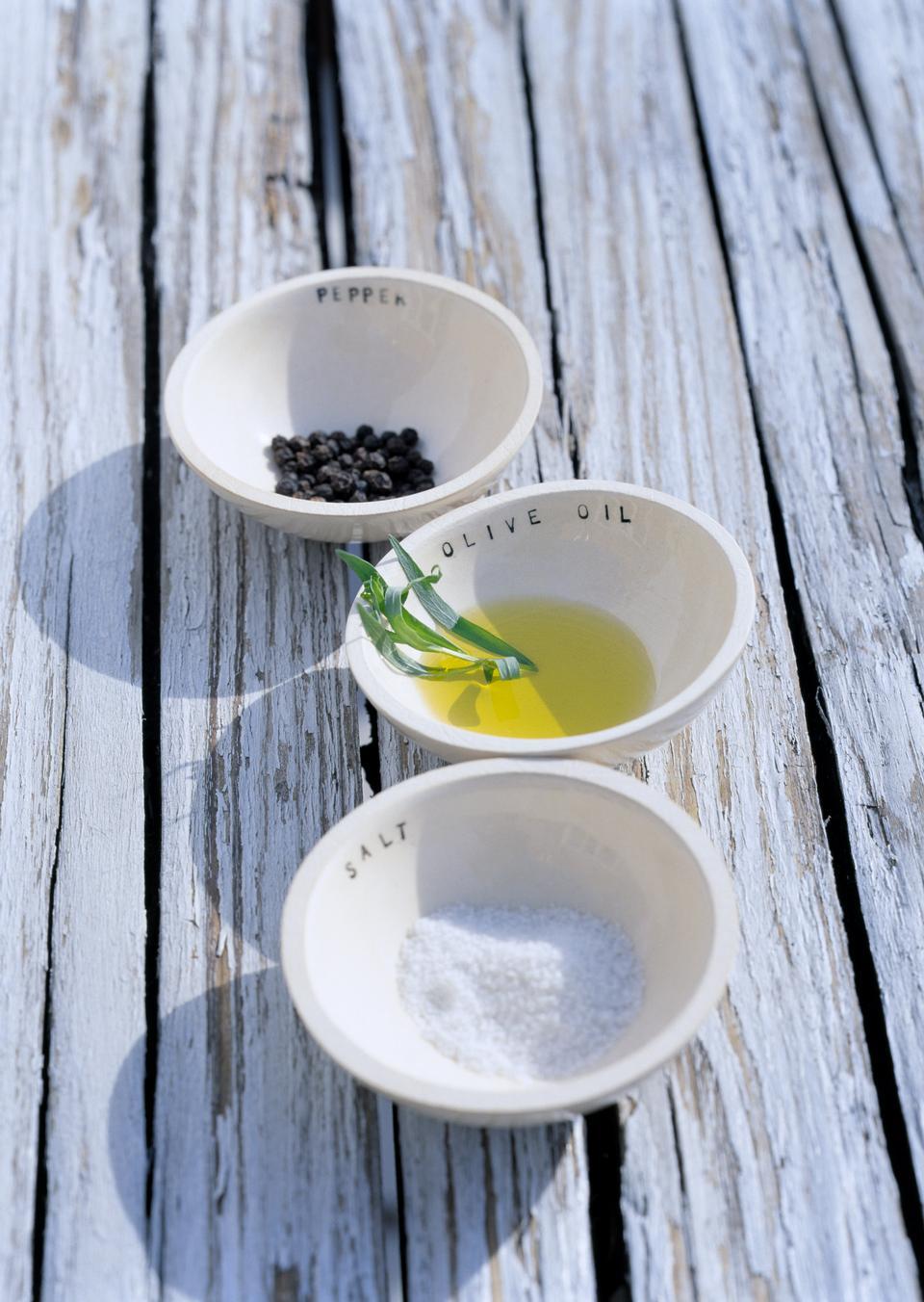테이블에 흰색 그릇, 향신료와 올리브 오일의 충전