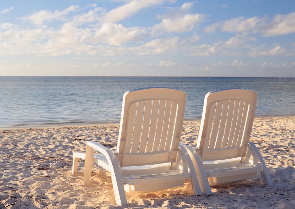 Deux chaises sur magnifique plage tropicale