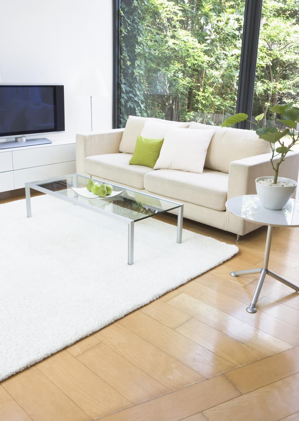 モダンなリビングルームの木製の床