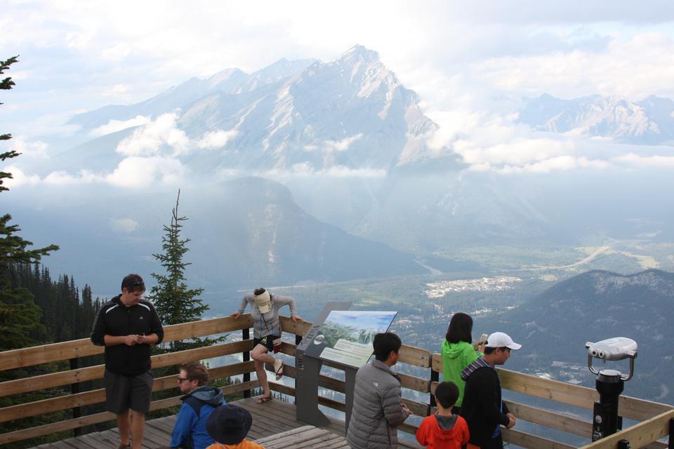 远足欣赏风景秀丽的加拿大落基山脉