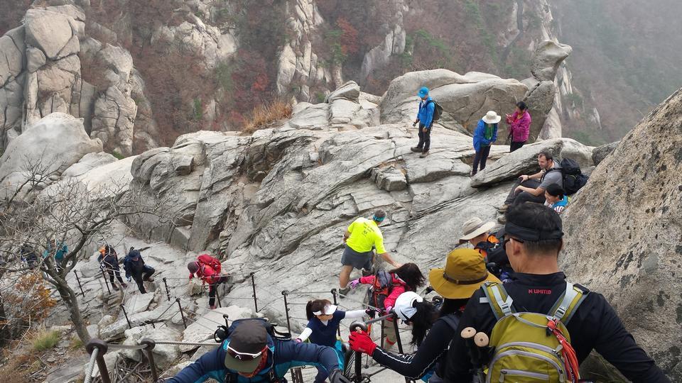 Bergsteiger durchqueren einen steilen Hang Seoul, Korea