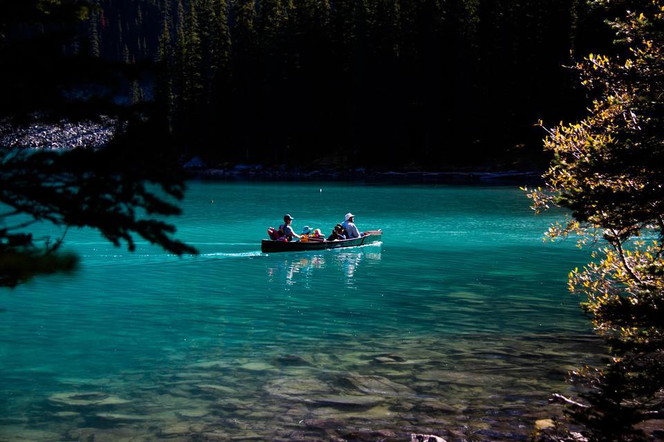 泛舟于美丽的冰碛湖